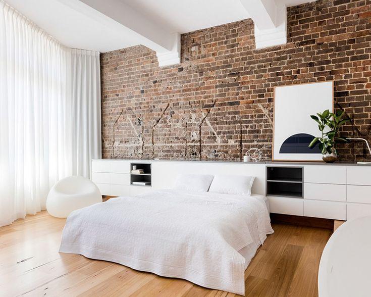 Вместо изголовья: как оформить стену у кровати