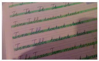 Met alle hulplijnen in een schrijfschrift van groep 3, 4 of 5, kan het voor sommige kinderen nog verwarrend zijn op welke regel ze nu eigenlijk moeten schrijven. Om het voor hen gemakkelijker te maken, markeer ik het middelste deel van de linieëring.