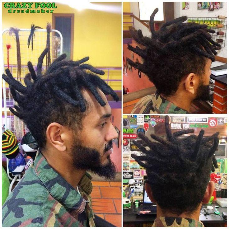 Tayson Costa fez dreads pequenos e curtos em todo topo da cabeleira. Dreads top / short dreads