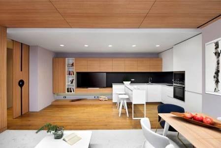 Интересной особенностью такого дизайнерского решения элитного жилья в Европе является удивительный пространственный перевёртыш, который создаёт ощущение двойственности и игривости. Так например, в кухонной области серый потолок сочетается с деревянным полом карамельного оттенка, а в соседней обеденной — всё наоборот: деревянная обшивка наверху, а внизу светло-серый ковёр. Такая интрига в интерьере делает его особенно привлекательным. #feronia #идеидекора #мебель #идеи #дизайнинтерьера…