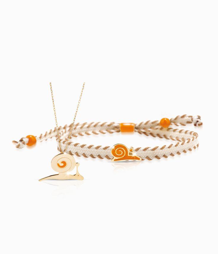 Pendente e bracciale Io&Te in oro giallo con sagoma lumachina smalto colorato. Il bracciale è corredato di cordino tessuto canvas con chiusura regolabile. Tutti i bracciali della linea possono essere venduti anche singolarmente.