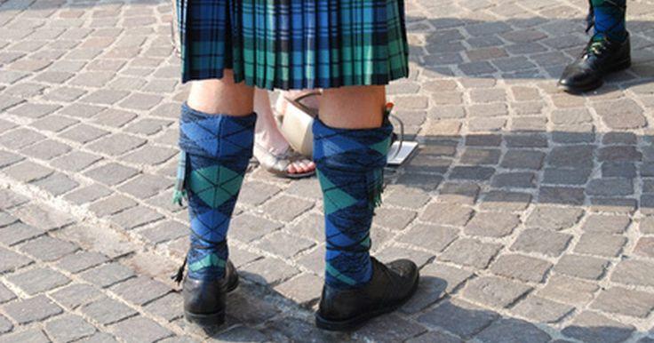 Como fazer um kilt. O kilt, uma saia escocesa, também pode ser usado por homens, desde que eles tenham estilo e carisma suficiente para vestirem uma saia. Parte desse vestuário tradicional das Terras Altas é feita de um tecido grosso, o tartan, ele representa o clã ou família ao qual o homem pertence. O kilt também pode ser usado por mulheres em diferentes ...