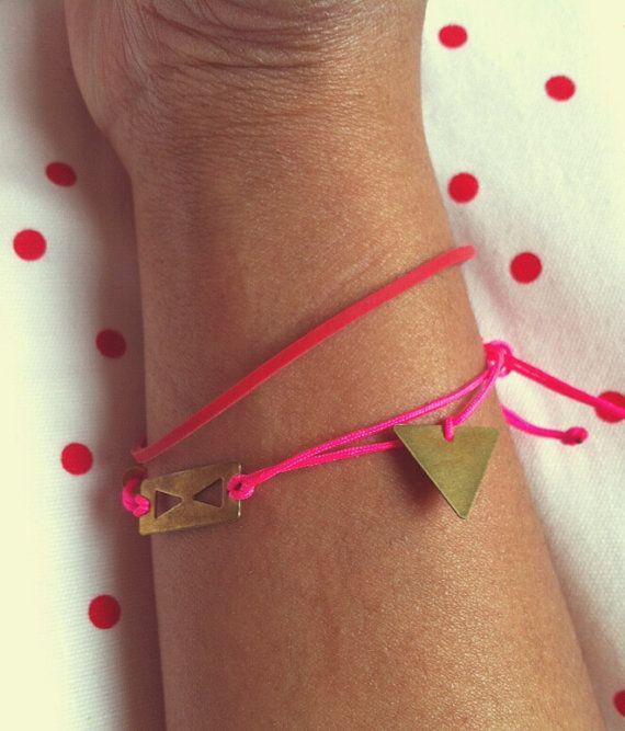 Bracelet sunrise. fil nylon rose fluo et triangles par LaetiGrena, €16.00