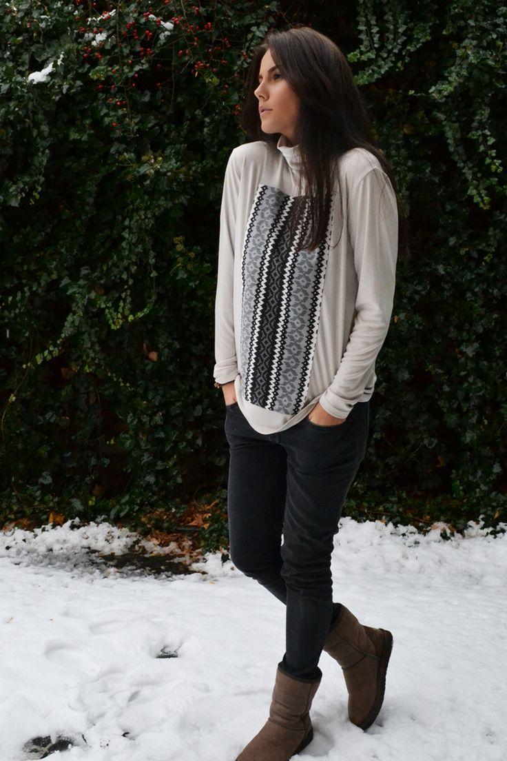 Helanca gri cu detaliu alb-negru.  O haina potrivita pentru atat de multe momente din viata ta, incat este aproape obligatoriu sa o ai in garderoba :).