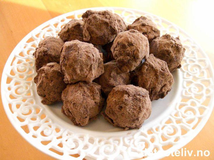 """""""Baileyskuler"""" er fantastisk god konfekt!! Ekte marsipan knas inn med rikelige mengder Baileys likør og formes til kuler. Kulene dyppes i melkesjokolade og rulles i sjokolademelkpulver! Mmmmm! Oppskriften gir 15 stk."""