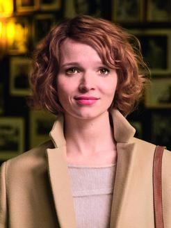 """Die OP präsentiert die erste Regiearbeit von Karoline Herfurth: """"SMS für Dich"""". Foto: Warner Bros."""