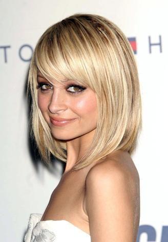 fryzury włosy półdługie z grzywką na bok - Szukaj w Google