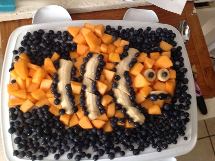 I couldn't find a Finding Nemo Fruit plate, so I decide to made my own. I was in a rush, but it was fun. Blueberries, Cantaloupe and Bananas. Just to inspire you to make your own!