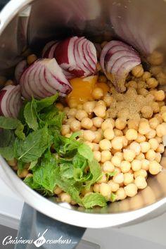 Falafels au thermomix 450g de pois chiches (j'ai utilisé ceux en boite de conserve) 1 échalote 1 gousse d'ail 1/2 botte de menthe 1 cc de cumin 2 cs d'huile d'olive 1 jaune d'oeuf 25g de farine complète Fleur de sel Pour la sauce : 1 citron 2 cs de tahine Sel Poivre