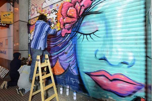 """Los artistas urbanos de """"Pintó Tigre"""" embellecieron las persianas de General Pacheco"""