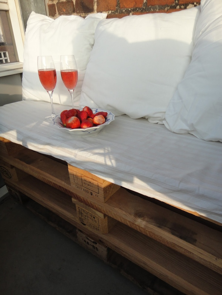DIY Bench. I have always wanted to do this with Pallets .Maybe next year!