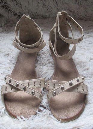 Kupuj mé předměty na #vinted http://www.vinted.cz/damske-boty/sandaly/10977198-bezove-letni-sandale-s-cvoky-hroty