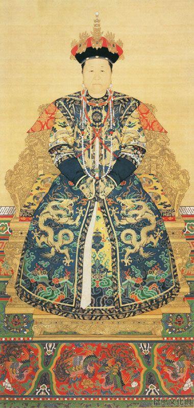 《孝庄文皇后朝服像》清 佚名 绢本设色 纵155.5厘米 横116.8厘米北京故宫博物院藏     孝庄文皇后,姓博玺济吉特氏,科尔沁贝勒寨桑之女,生于明万历四十一年(1613)。后金天命十年(1625)年二月,被太祖爱新觉罗·努尔哈赤第八子皇太极聘为侧福晋。崇德元年(1636)改元,五宫并建,被册封为永福宫庄妃。顺治元年尊为圣母太后,在清初顺治、康熙两朝曾参与政事多年。图中孝庄文皇后端庄肃穆,华服丽影,端坐宝座而粉面含威。