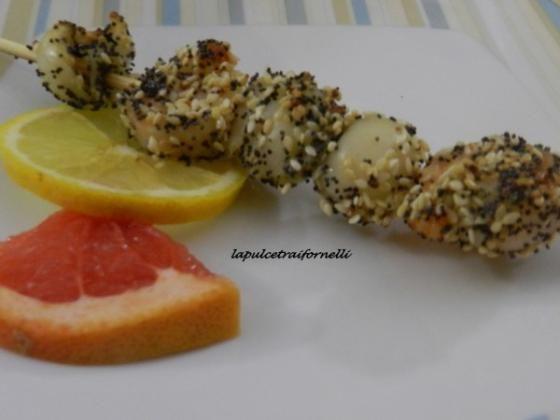 Spiedini di pesce con semi di sesamo