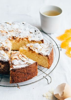 Deze Sinaasappelcake met amandelen is zo lekker van heel smaak. Het recept is heel eenvoudig e je hebt er maar een paar ingrediënten voor nodig.