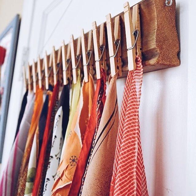 Suporte pra lenços com pegadores! ✨  (Via Brit+Co)  • veja mais ideias no @gavetamix .  .  #inspiração #façavocêmesmo #diy #doityourself #decor #inspiracao #decoração #facavocemesmo #decoracao #decoracaodeinteriores #decoration #decoracion #instaideias #ideiascriativas #ideiasfeitasamao #custom #customização #madewithlove #feitocomamor #pinterest #vscobrasil