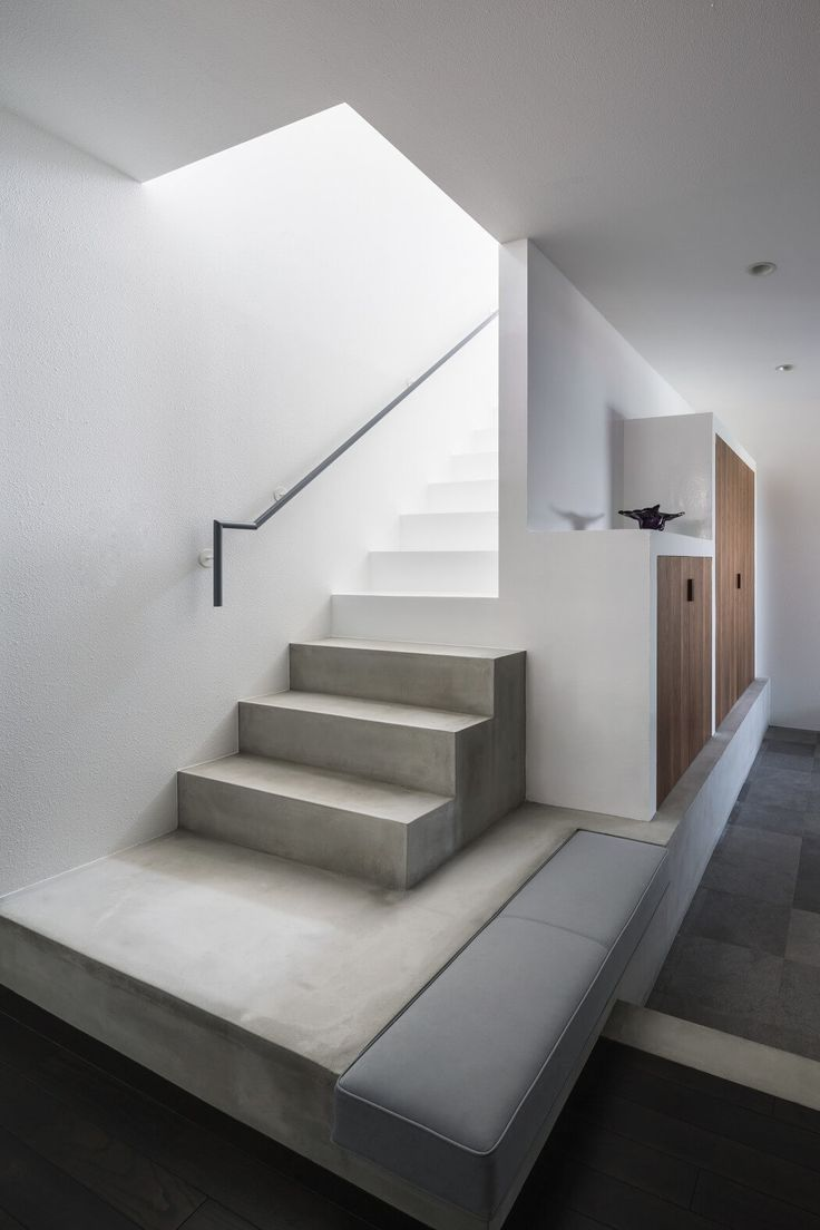 Complex by FORM / Kouichi Kimura Architects. Note the integration of upholstered bench into the stairs.