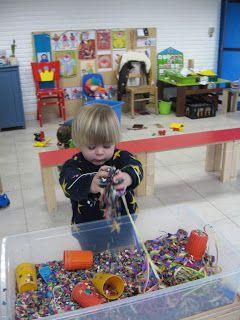 Dit is een leuke carnavalsactiviteit voor peuters; een sensory bin met confetti en serpetines. van: http://peuter-1stekleuterklas.blogspot.be/