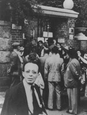 1944. Menlevélért sorban álló magyar zsidók a svéd követség előtt.