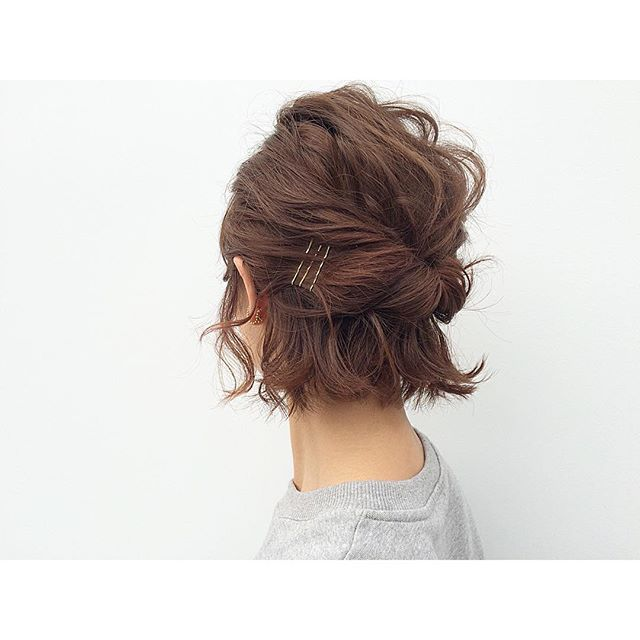 How to do an easy up-do for short hair using bobby pins http://coffeespoonslytherin.tumblr.com/post/157338749267/hairstyle-ideas-i-love-this-hairdo-facebook