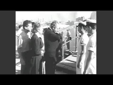 Κόκκινα τριαντάφυλλα (1955)  Ελληνική ταινία. Κόκκινα τριαντάφυλλα (1955) Μια ταινία που αξιζει για την σπανιοτητα των εξωτερικων πλανων από τον σιδηροδρομικό σταθμό Πάτρας λιμάνι Πλατεία Τριών Συμμάχων Ψηλά – Αλώνια και το Πρεβαντόριο της Πάτρας στη συνοικία Διάκου Το πιο αναπάντεχο όμως, ήταν τα αυθεντικά πλάνα από τον καταστροφικό σεισμό του 1953 στη Κεφαλλονιά καθώς και εικόνες από το ισοπεδωμένο Αργοστόλι! Τα Κόκκινα Τριαντάφυλλα Σύνοψη της υπόθεσης: