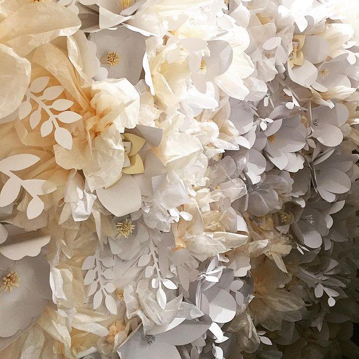 Breaking news, a 2016-os esküvői szezonban az egyedi tervezésű installációk mellett, már bérelni is lehet  majd komplett esküvői szetteket vagy akár különálló elemeket is, mint például ezt a pillekönnyű virághátfalat. A hétvégén megtapogatható lesz az Esküvő kiállításon, legkedvencebb esküvői helyszínem, az AnKERT standján.// Breaking news, in the 2016 wedding season besides the custom made installations it will also be possible to rent wedding decoration, or just elements, like this…