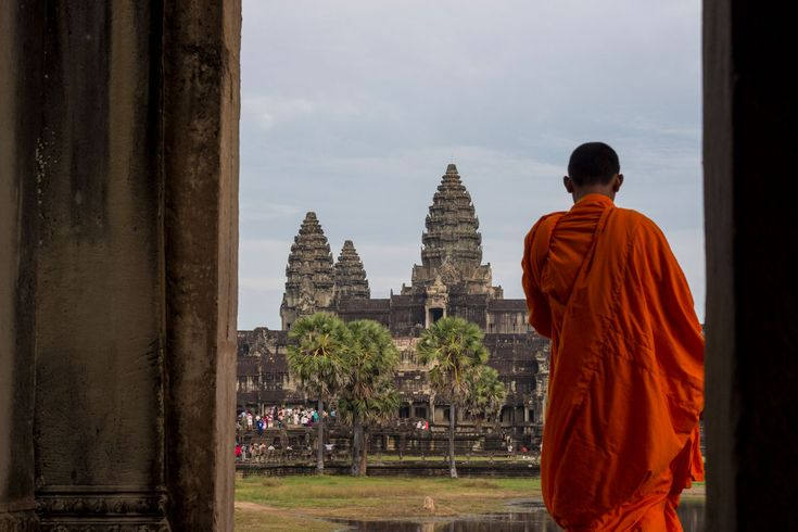 Buddhist Monk in from of the iconic Ankor Wat temple in Cambodia #travel #angkor #angkorwat #monk #temple #cambodia #gosquab
