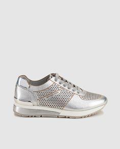 Zapatillas deportivas de mujer Michael kors en piel metalizada de color plata. Modelo Tilda Trainer.