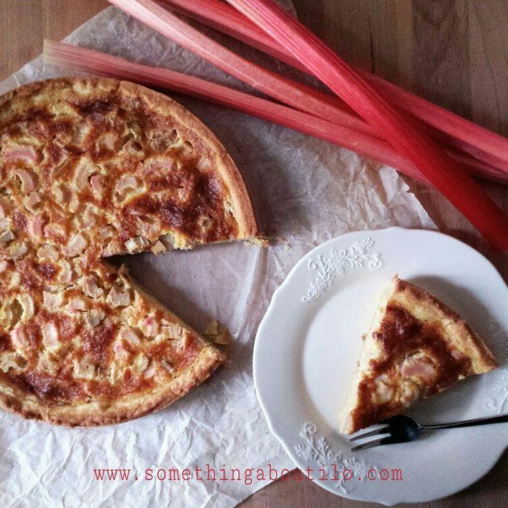 Tataaaaaaaaaà!  Vi prsento la Rhabarberwähe! Ovvero una torta svizzera al rabarbaro buona da morire!  Non vi sembra una buona idea per la colazione del weekend?  La ricetta è online! Aspetto le vostre foto di questa buonissima torta!!! Provate, postate e taggate #somethingaboutilo ❤ http://somethingaboutilo.com/2015/03/torta-al-rabarbaro-rhabarberwahe/