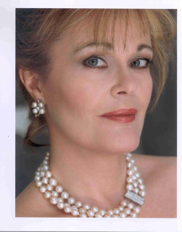 June Anderson - American Dramatic Coloratura Soprano (1952) https://www.youtube.com/watch?v=2QoMSor9K14 http://en.wikipedia.org/wiki/June_Anderson