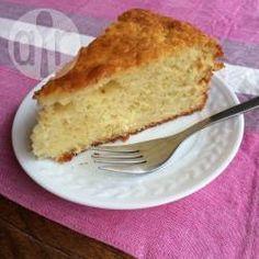 Een hele eenvoudige cake, maar supersmeuïg door de toevoeging van yoghurt! Heerlijk om te serveren met vers zomerfruit, een fruitcompote of ganache. Of snij de cake dormidden en bestrijk met je favoriete vulling om er een taart van te maken!