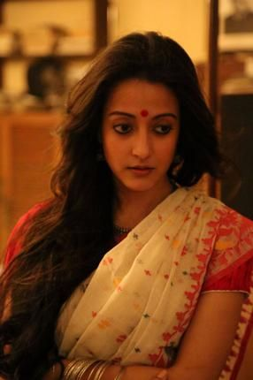 Raima Sen in red and white Jamdani saree
