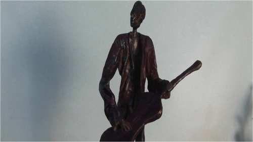 TITULO: guitarrista de la serie músicos)fragmento. MATERIAL: bronce a la cera perdida. AUTOR:pedro pablo murillo cano MEDIDAS: 56*24*18