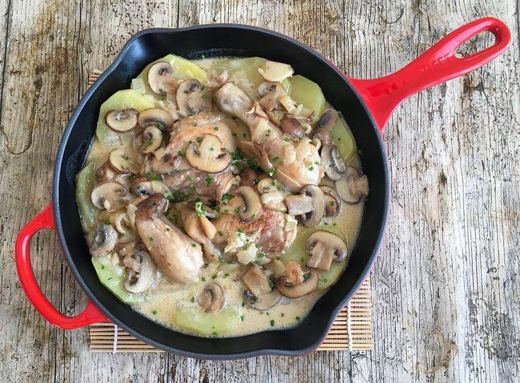 Pollo  a la crema con hongos y papas   Ingredientes para 4 porciones:  1 pollo mediano 2 cucharadas de aceite de oliva Un diente de ajo 1 cucharada de manteca 1 cebolla 6 Champiñones 330 ml de Crema de Leche líquida 4 Papas Medianas cortadas en rodajas de aproximadamente 1/2 centímetro. 1/2 vaso de vino blanco 1/2 vaso de caldo Sal y pimienta Ciboulette picado fino: a gusto  Modo de preparación:  Trocear el pollo en piezas (8 piezas más o menos) se puede quitar la piel o dejarlo con ella…