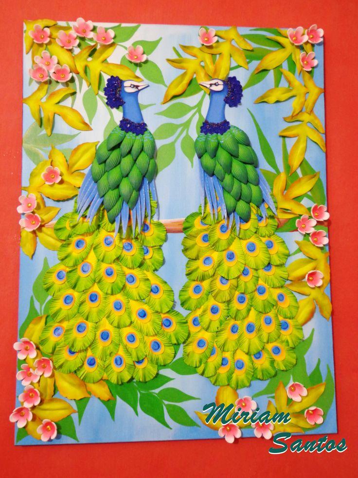 Una tela estampada decorada cn aves pavo real y flores hechas en foami tela decorada com pav es - Flores de telas hechas a mano ...