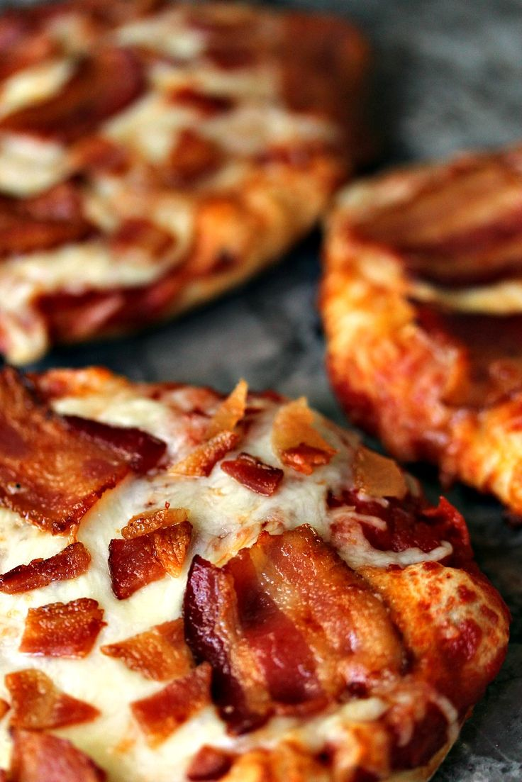 Easy Grilled Mini Bacon Pizzas- When I  make bacon pizza I love using different flavours of bacon. In my world the more bacon you pile on a pizza, or anything else for that matter, the better. #sponsored #boldbacon @Tysontweets @Walmart
