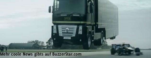 """""""Formel 1""""-Transporttruck springt mit voller Geschwindigkeit über eine Rampe, unter ihm fährt ein Formel 1 Rennwagen durch  Interessante Neuigkeiten aus der Welt auf BuzzerStar.com : BuzzerStar News - http://www.buzzerstar.com/formel-1transporttruck-springt-mit-voller-geschwindigkeit-ueber-eine-rampe-unter-ihm-faehrt-ein-formel-1-rennwagen-durch-03019f66b.html"""