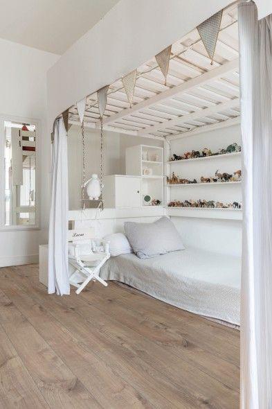 Arizona Natural: realistische houtlook. Mooi in grotere, sober ingerichte ruimtes zoals deze prachtige tienerslaapkamer met hemelbed