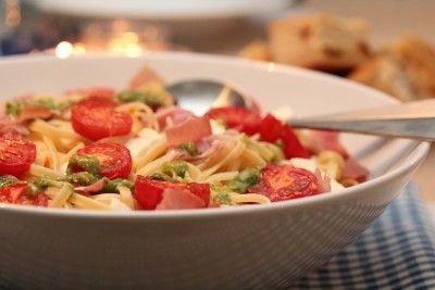 Pasta med tomat, skinke, mozzarella og pesto