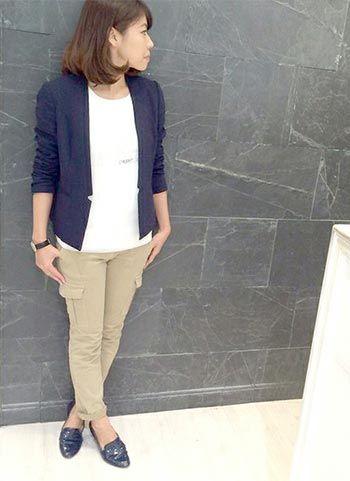 紺ノーカラージャケット+ベージュカーゴパンツのコーデ | 花子