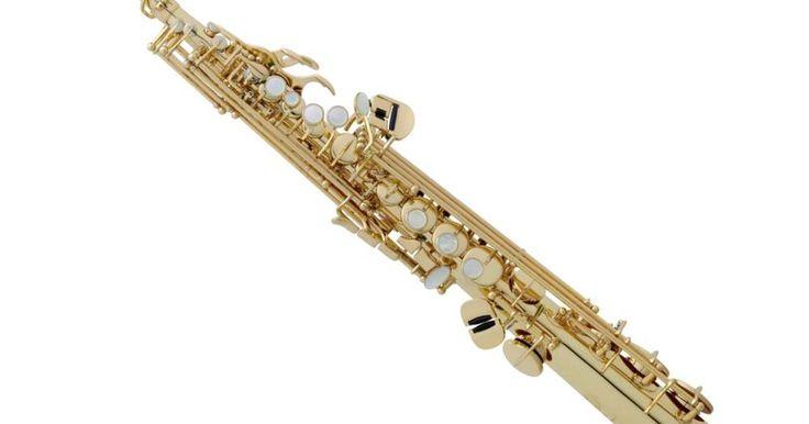 """Técnicas del saxofón soprano. Ya que el saxofón soprano es considerado un saxofón """"avanzado"""", se requiere tener experiencia con el saxofón alto o tenor antes de comenzar el estudio con este instrumento. Debido a su tamaño y a su caña pequeña, tocar el saxofón soprano es una experiencia totalmente diferente a los otros saxofones. Aquí hay algunas técnicas que serán útiles para ..."""