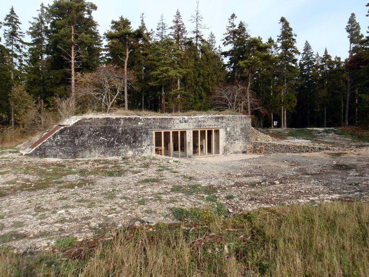 Byggnad 8. Een oude bunker in het Zweedse Gotland die omgebouwd is tot vakantiehuisje waarbij Skälsö Arkitekter ook in het interieur gedacht hebben aan de historie & genius loci gezien de Spartaanse inrichting.