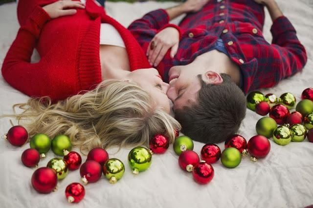 novios besandose en navidad