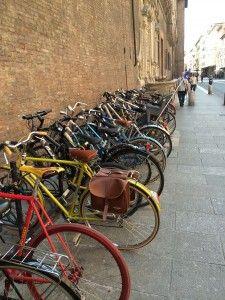 """Bicicletas em Bolonha - """"Visitar Bolonha, Itália"""" by @Viaje Comigo"""