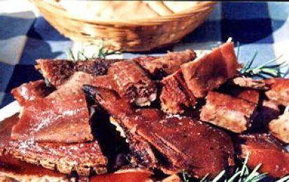 Porceddu arrosto - Il  porceddu  è una delle più celebri e apprezzate specialità della  cucina sarda. Per prepararlo è necessario disporre di uno spiedo girevole su fuoco e di un vero porcetto da latte.