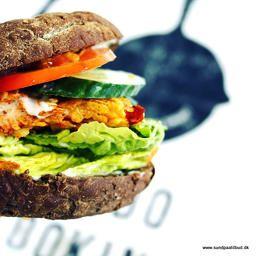 Sådan en kunne jeg godt spise nu! Find opskriften på burger med krydret cornflakeskylling på www.sundpaatilbud.dk