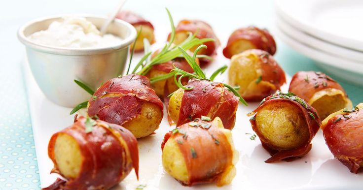 En lækker lille snack med sprød skinke, som de fleste vil elske. Kan tilberedes med forskellige krydderurter. Server den fx som en del af tapasbordet.