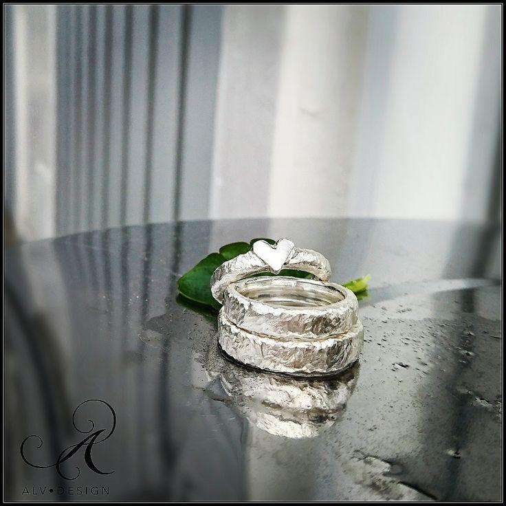 ▫️Kärlek i vår - i vått & torrt▫️ AMOR och CUPIDO, handarbetade silverringar i vacker rustik skrud. Design och arbete av konstnär & silverdesigner Kenneth Lindström, Alv Design. Välkommen att se mer i Alv Designs webbutik www.alvdesign.se Vi skickar beställningar både i och utanför Norden, vid önskemål. info@alvdesign.se