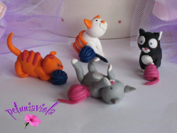 Simpatici gattini che giocano con gomitoli di lana. Modellati a mano in fimo da acquistare su Misshobby. com .