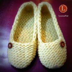Chinelos de senhora feitos com um pequeno tear de tricô de 24 pinos. Padrão livre com fácil t ...